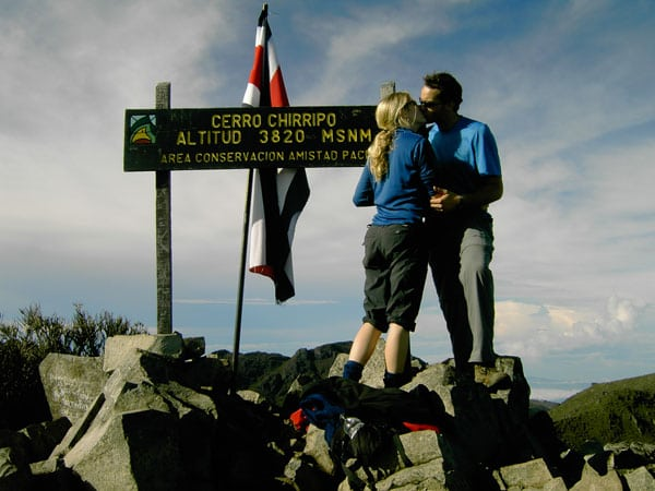 Costa Rica Honeymoon - Kiss on a Hike