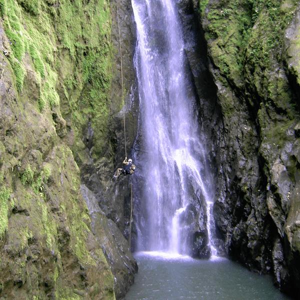 costa-rica-spirit-trekker-waterfall-repelling